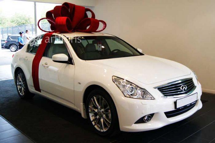68b322f86d28 Красный бант на крышу машины. Оформление подарочного авто. Бант для подарка.